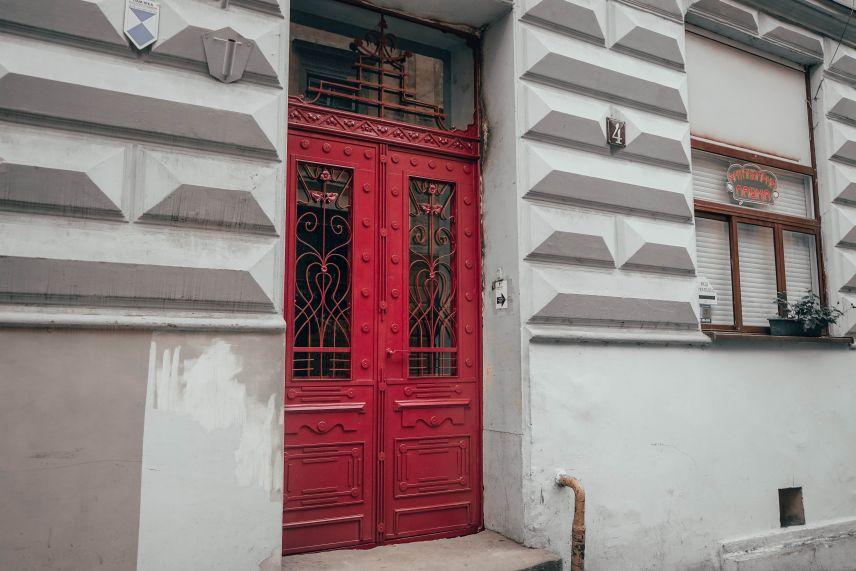 poblyzu dominikanskoho soboru vidnovyly kvitkovu bramu 7 1 - На вулиці Ставропігійській відновили ще одні дерев'яні двері
