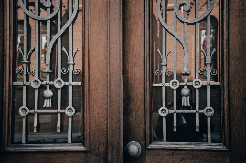 na vulytsi lysenka vidrestavruvaly plyushchevu bramu 06 - На вулиці Лисенка відреставрували «плющеву» браму