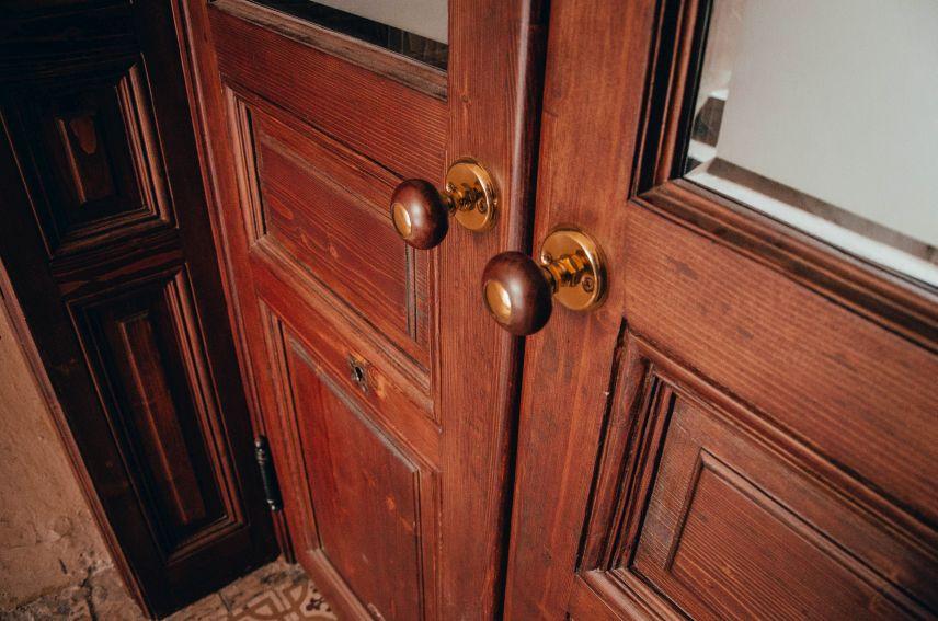 u lvovi vidrestavruvaly dveri kovboyky na vulytsi zarytskykh 7 06 - 12 історичних брам Львова, які відреставрували в місті навесні