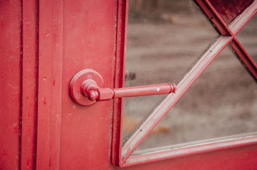 na vulytsi pekarskiy vidrestavruvaly istorychnu metalevu bramu 01 - На вулиці Пекарській відреставрували історичну металеву браму