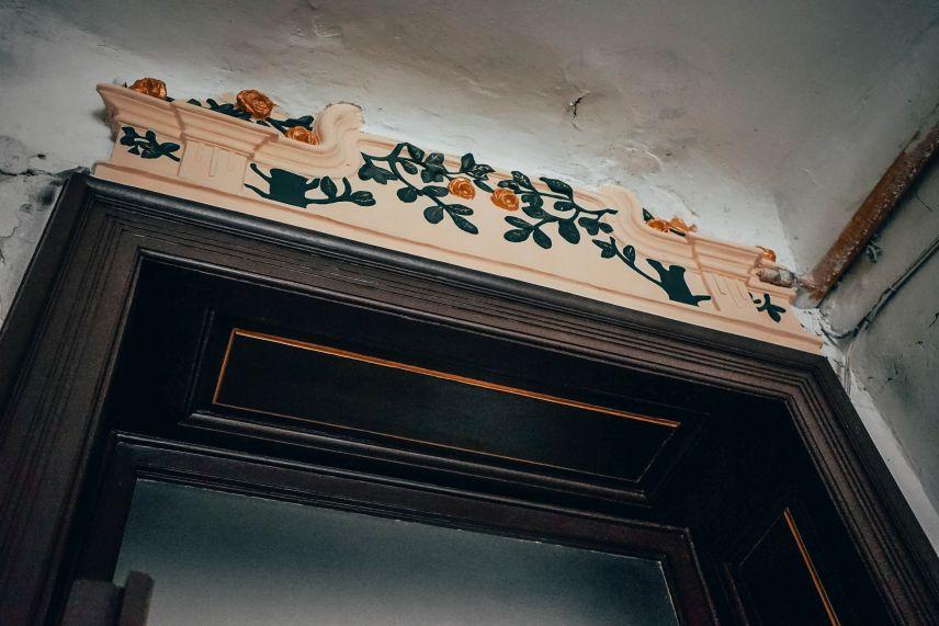 na vulytsi stavropihiyskiy vidnovyly shche odni derevyani dveri 02 - На вулиці Ставропігійській відновили ще одні дерев'яні двері