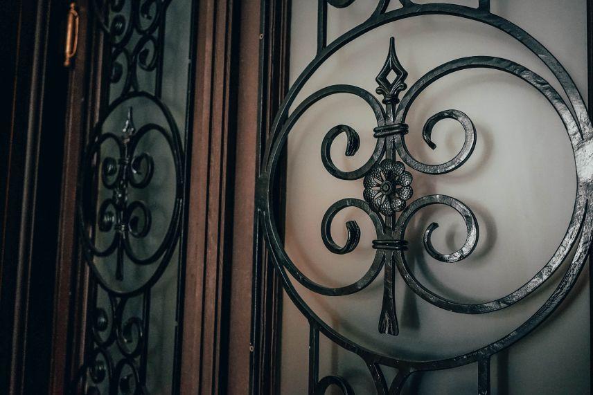 na vulytsi stavropihiyskiy vidnovyly shche odni derevyani dveri 03 - На вулиці Ставропігійській відновили ще одні дерев'яні двері