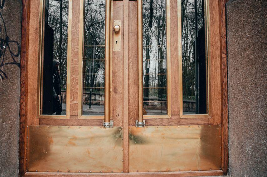 restavratory vidnovyly istorychni dveri poblyzu akademiyi sukhoputnykh viysk 01 - 12 історичних брам Львова, які відреставрували в місті навесні