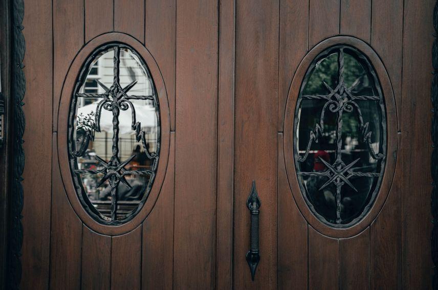 na ploshchi rynok vidrestavruvaly istorychni derevyani dveri 01 - На площі Ринок відреставрували історичні дерев'яні двері
