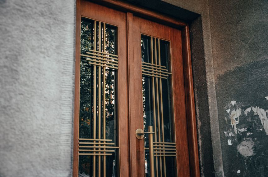 restavratory vidnovyly istorychni dveri budynku na vulytsi zakhariyevycha 04 - Реставратори відновили історичні двері будинку на вулиці Захарієвича