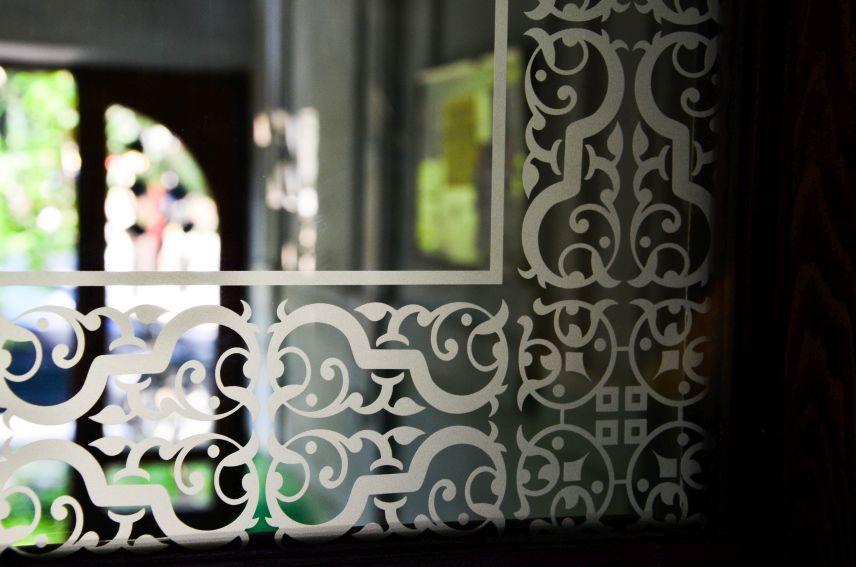 na vulytsi kostya levytskoho 21 vidrestavruvaly istorychni dveri viyalo 01 - На вулиці Костя Левицького, 21 відреставрували історичні двері-віяло