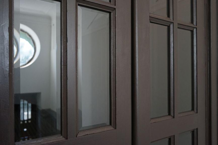 restavratory vidnovyly istorychni dveri viyalo na vulytsi konovaltsya 44 02 - Реставратори відновили історичні двері-віяло на вулиці Коновальця, 44