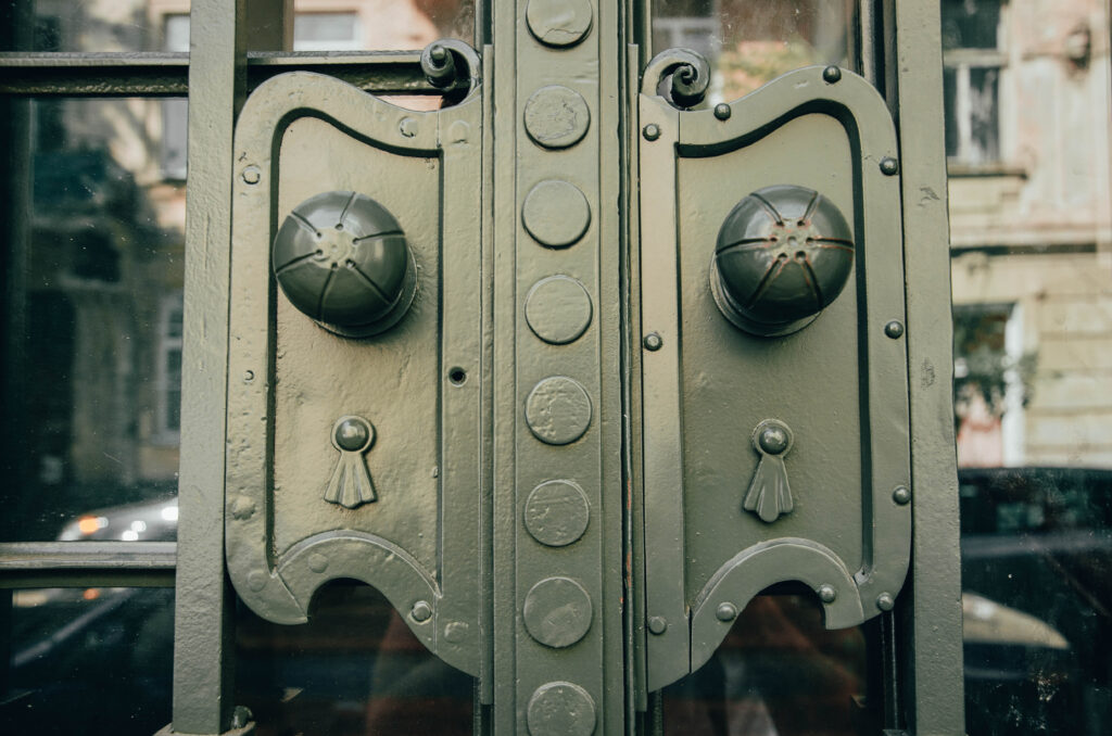 dsc 0282 1024x678 - Реставратори відновили історичні двері поблизу площі Івана Франка