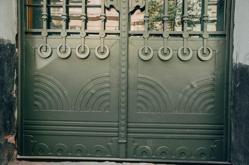 restavratory vidnovyly istorychni dveri poblyzu ploshchi ivana franka 01 - Реставратори відновили історичні двері поблизу площі Івана Франка