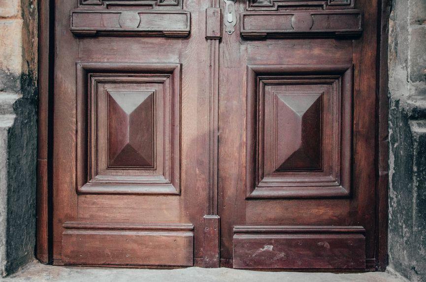 restavratory vidnovyly istorychni dveri poblyzu viyskovoho shpytalyu na lychakivskiy 02 - Реставратори відновили історичні двері поблизу військового шпиталю на Личаківській