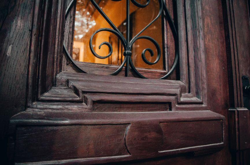 restavratory vidnovyly istorychni dveri poblyzu viyskovoho shpytalyu na lychakivskiy 03 - Реставратори відновили історичні двері поблизу військового шпиталю на Личаківській