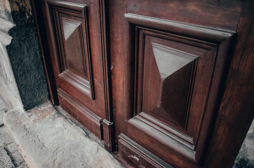 restavratory vidnovyly istorychni dveri poblyzu viyskovoho shpytalyu na lychakivskiy 05 - Реставратори відновили історичні двері поблизу військового шпиталю на Личаківській