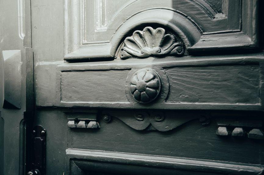 restavratory vidnovyly istorychnu bramu na pochatku vulytsi kulisha 03 - Реставратори відновили історичну браму на початку вулиці Куліша